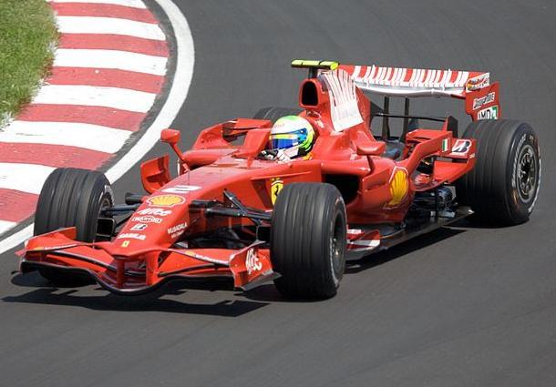 Linda imagem, salvando uma saída de traseira (note o volante virado). Época do auge, em 2008. Foto Wikimedia Commons.