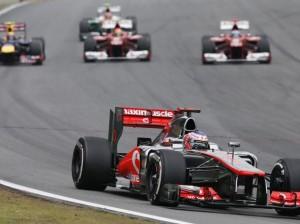 Alonso passa por Massa e Webber, com Hulk ao fundo e Button no primeiro plano