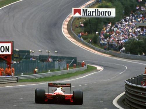 McLaren MP4/4, pilotada por Ayrton Senna. Se não souber que curva é essa, vá assistir futebol. Agora.