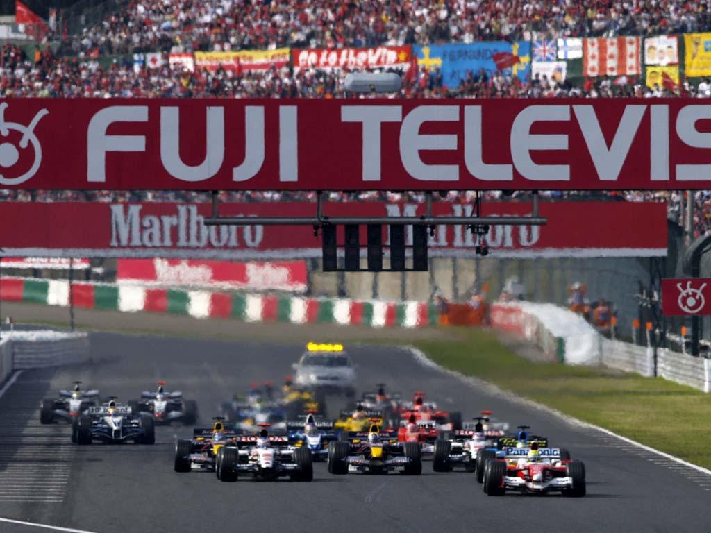 Largada do Grande Prêmio do Japão de 2005 com Ralf Schumacher na pole e Jenson Button em segundo. Toyota e Honda, duas equipes japonesas largando na frente.