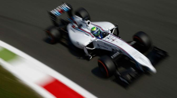 Lewis Hamilton recebe o carinho dos fãs em Monza.