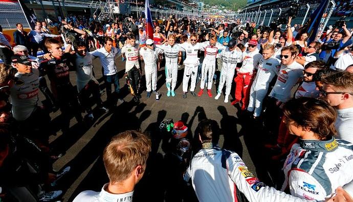 Oração dos pilotos para a recuperação plena de Jules Bianchi. Algo emocionante.