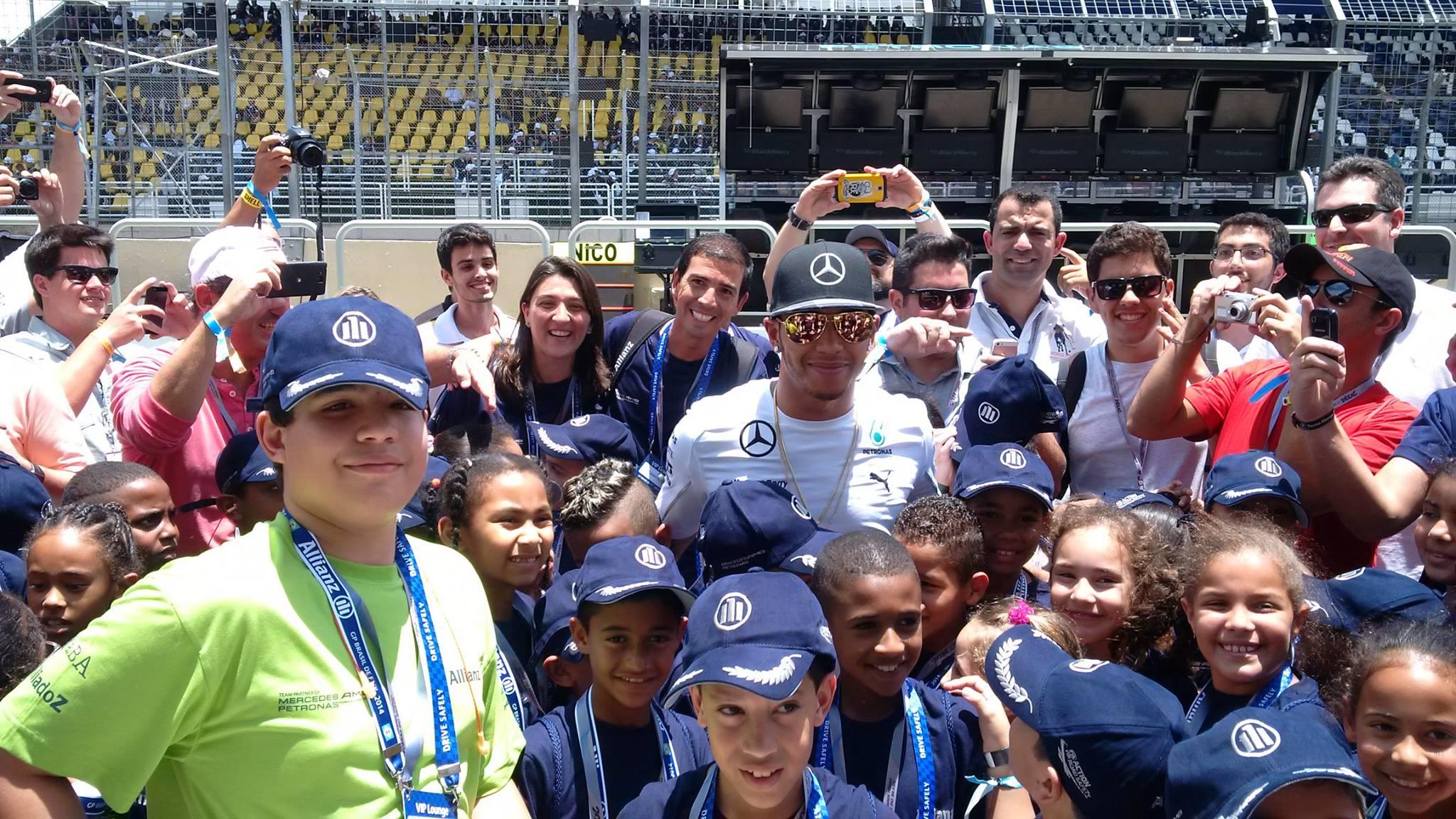 Lewis Hamilton tirando aquela foto esperta com a criançada em Interlagos.