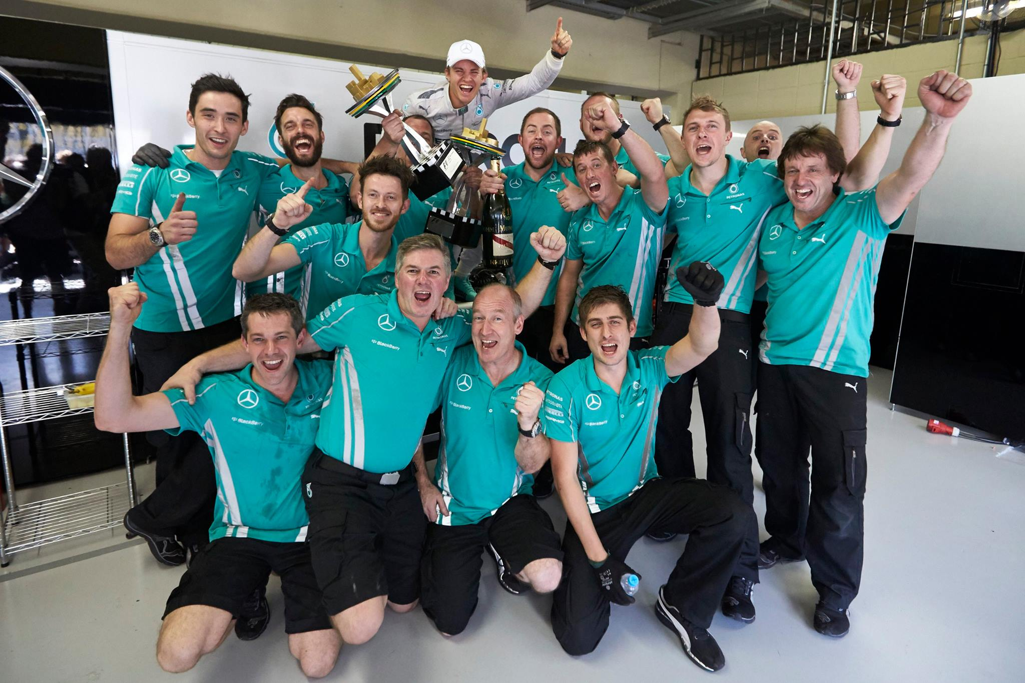 Nico Rosberg comemorando com a equipe. A vitória deixa o GP de Abu Dhabi em duas semanas emocionante.