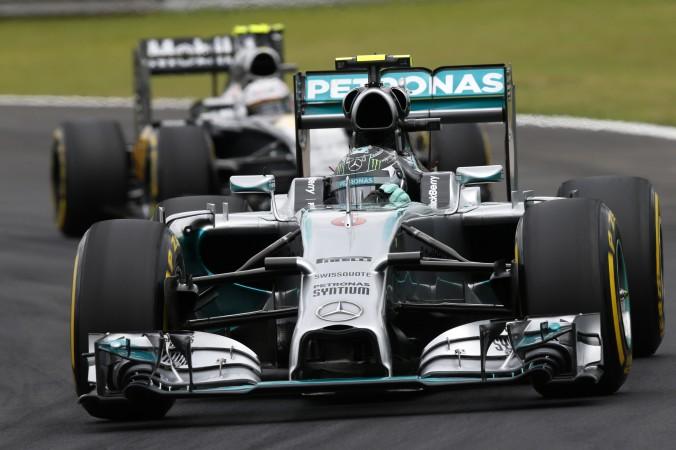 Nico Rosberg com Magnussen logo atrás.