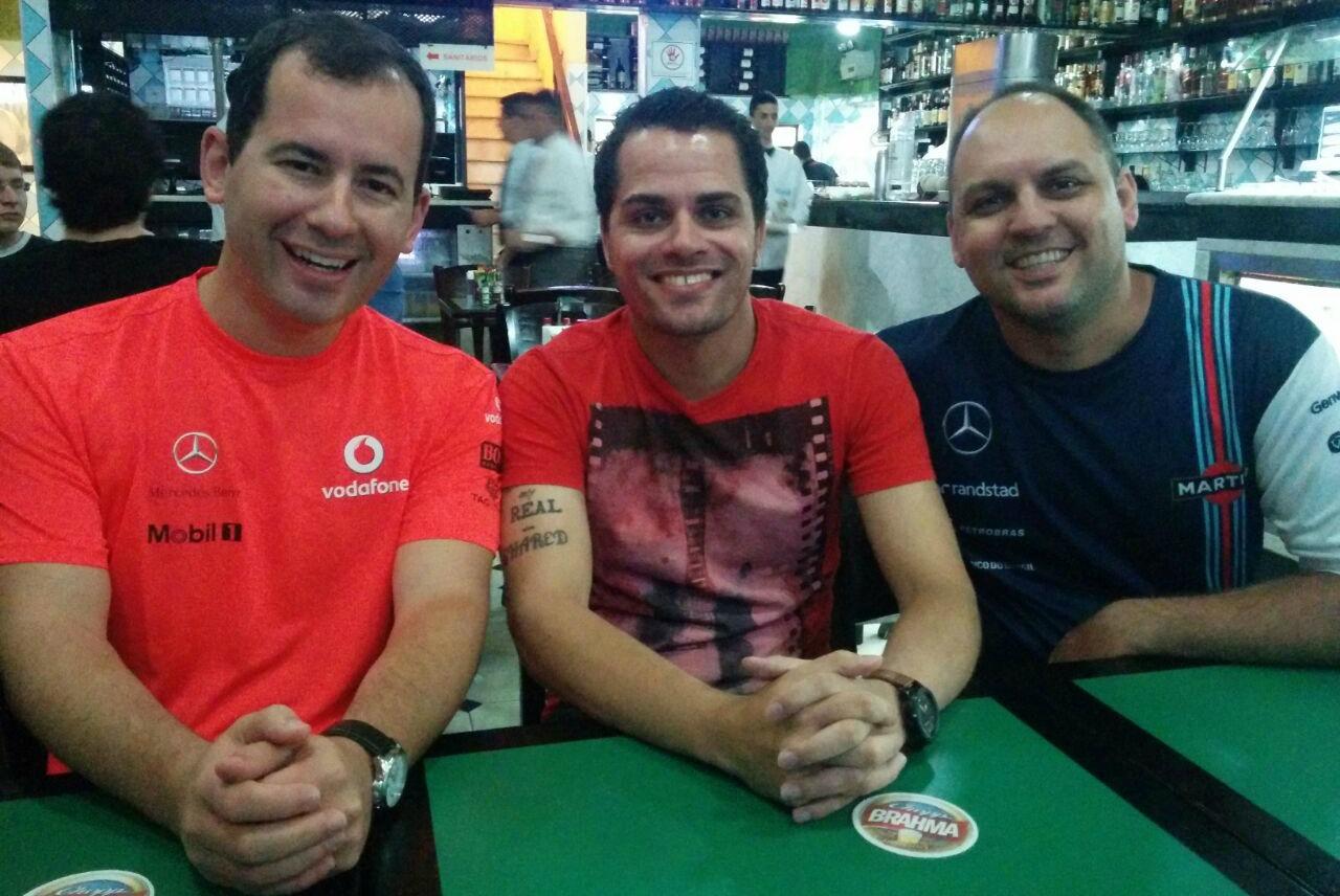 A cúpula do Podcast F1 Brasil se reuniu pela primeira vez em carne e osso. Da esquerda para a direita, Del Valle, Sérgião e Valesi.