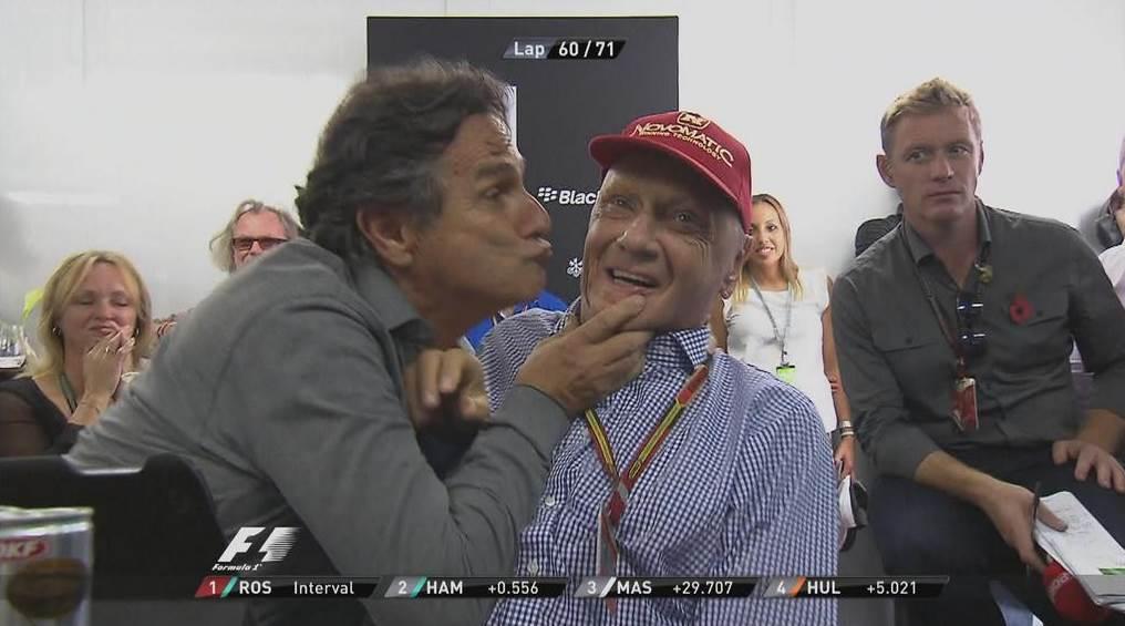 Nelson Piquet brincando com Niki Lauda numa cena antológica na F1.
