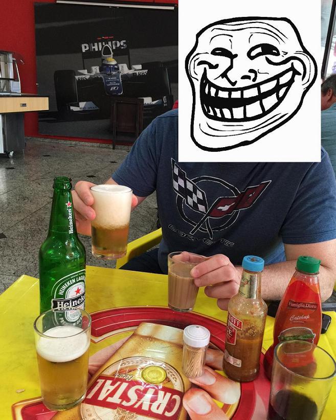 Café da manhã dos campeões: dois X-Bacon, uma média e uma Heineken trincando de gelada