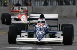 O carro de trás é uma McLaren, óbvio.