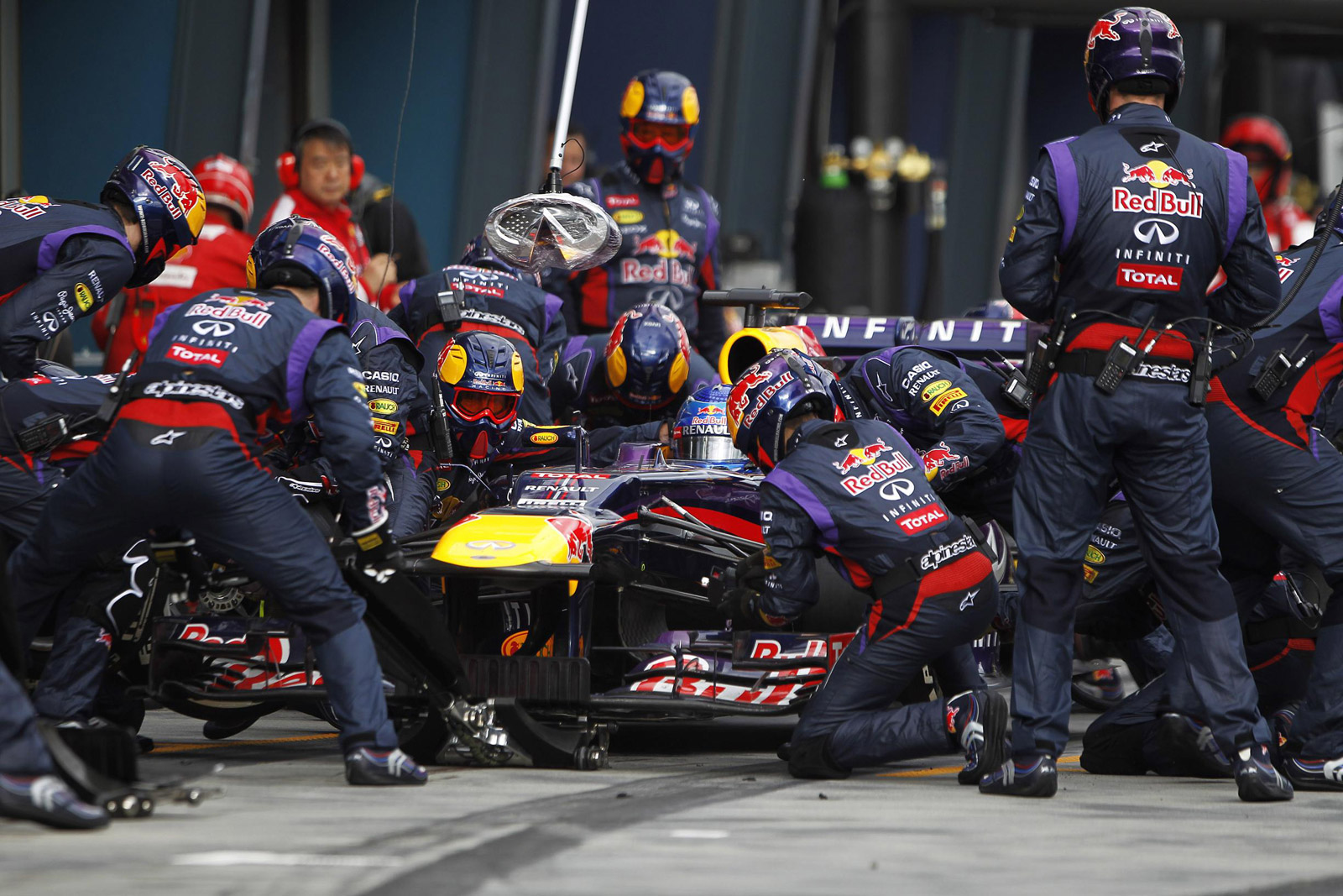 the-red-bull-racing-formula-one-team-executes-a-pit-stop_100424632_h