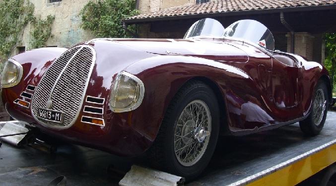 O primeiro carro construído por Enzo Ferrari, ainda com o nome de Auto Avio Construzioni 815, devido à proibição de usar o nome Ferrari.